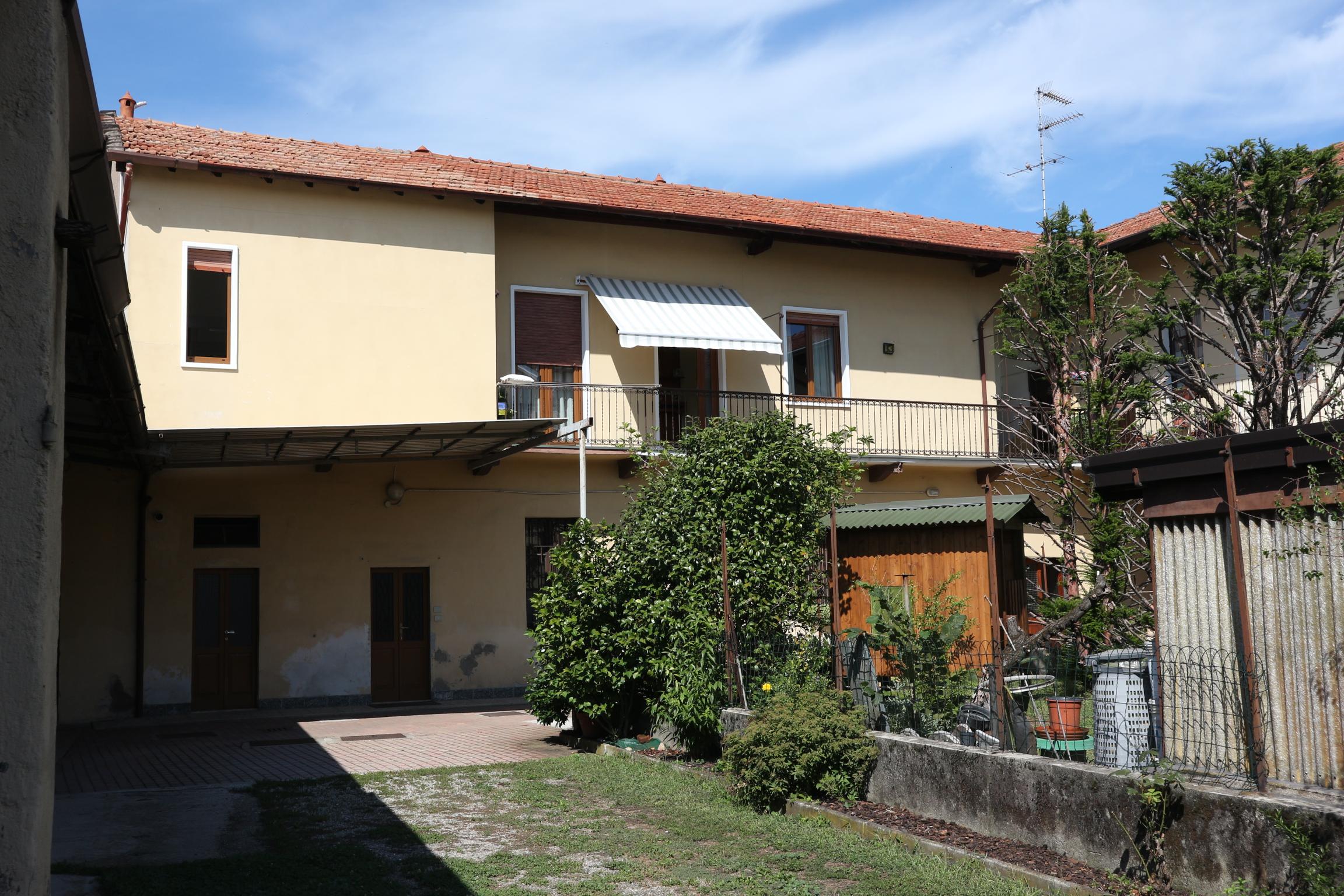 Villa indipendente con capannone in vendita a Vanzaghello