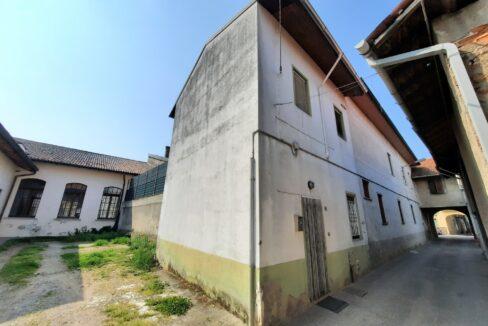 Appartamento bilocale in vendita a Magnago. L'appartamento si trova in un contesto cortilizio ed ha ingresso indipendente, è inoltre disposto su due livelli, collegati tra loro da una comoda scala interna. La metratura c