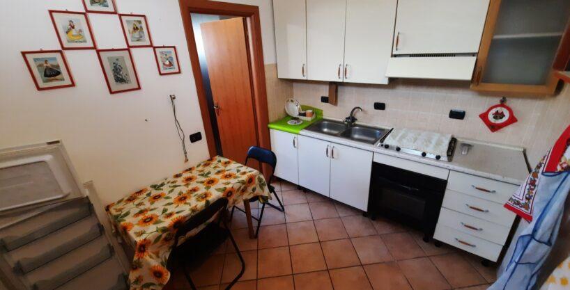 Appartamento di due locali in vendita a Magnago. Proponiamo in vendita, in contesto semindipendente appartamento di due locali con servizi sito al Piano Terra così composto: ingresso, cucinino/sala , camera e bagno. La soluzione