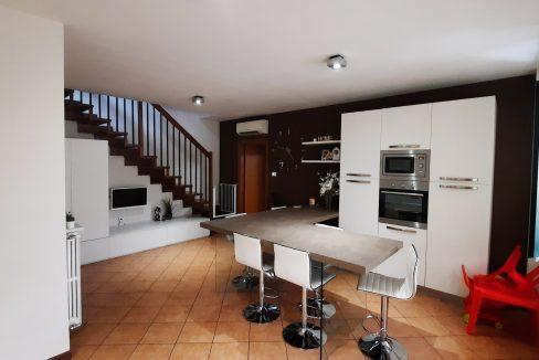 Appartamento duplex trilocale in vendita a Tornavento. L'appartamento sito al secondo piano e distribuito su due livelli è così composto: