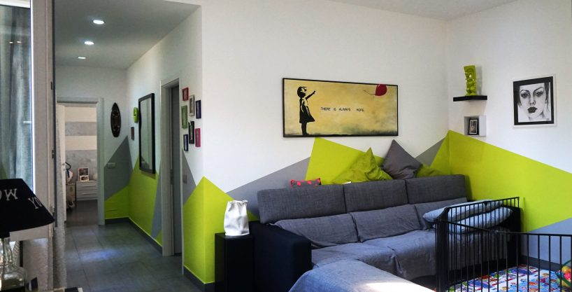 Appartamento trilocale in vendita a Busto Arsizio. Il trilocale di circa 90 mq presenta un ingresso che introduce verso l'ampio e luminoso soggiorno, si prosegue poi verso la cucina abitabile, due camere da letto e il bagno. Porte, serramenti, pavimenti e tutti i materiali